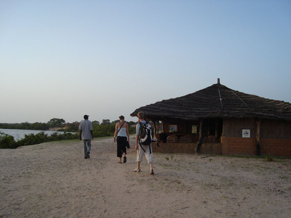 Des touristes à leur arrivée à Keur Bamboung
